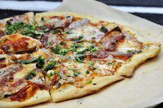 (1 pizza) Składniki ciasto: 1 szklanka mąki (*w wersji bez glutenu używamy mieszkanki bezglutenowej) 1/2 szklanki ciepłej,przegotowanej wody orzeszek drożdży 1/2 łyżeczki cukru 2 łyżki oliwy …