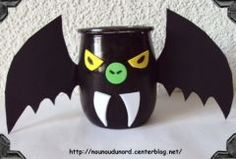 halloween decoration with a pot of yoghurt glass material recycling DIY . Boo Halloween, Bricolage Halloween, Halloween Coffin, Outdoor Halloween, Halloween Candy, Halloween Crafts, Halloween Decorations, Alice, Halloween Activities