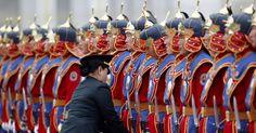 Imagens do dia - Fotos - UOL Notícias Imagem 10/84: Membro do exército da Mongólia ajusta os uniformes da guarda de honra do Palácio antes da cerimônia oficial de boas vindas nesta quinta-feira (13) à chanceler alemã, Angela Merkel, em Ulan Bator