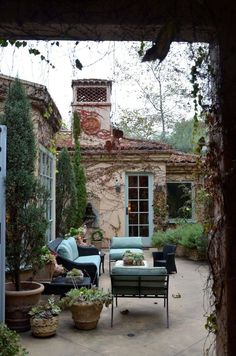 Penelope Bianchi's lovely patio- what a beautiful outdoor space Design Exterior, Patio Design, Interior And Exterior, Terrace Design, Exterior Paint, Kitchen Interior, Outdoor Rooms, Outdoor Gardens, Outdoor Living