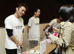 Japanese figure skater Daisuke Takahashi (L) and Mao Asada (2nd from L) ask visitors for donations to support reconstruction from the March 11, 2011, disaster after their performances at a charity event held in Kobe on April 2, 2014. (Kyodo) (512×380)