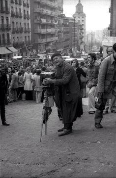"Fotógrafo ""al minuto "" también conocido como fotógrafo de cajón. El rastro. 1973. Foto Madrid, Wanderlust Travel, Old Pictures, Dental, Barcelona, City, Madrid Espana, Beautiful, San Bernardo"