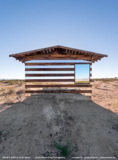 Anders dan je in eerste instantie denkt is dit geen muur van glas en hout, maar een zeventig jaar oude schuur waar de Amerikaanse artiest Philip K. Smith III dit bijzondere kunstwerk Lucid Stead van maakte.
