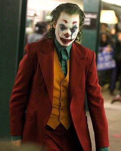 A new set video from Todd Phillips' 'Joker' movie' shows Joaquin Phoenix in full make-up as the Clown Prince of Crime on a Gotham City subway platform. New Joker Movie, Joker Film, Joker Art, The Joker, Joaquin Phoenix, Cosplay Del Joker, Joker Costume, Gotham City, Comic Del Joker