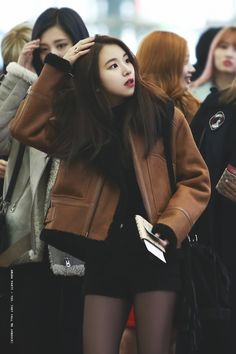 RT @amunaparty: 161201 ICN #트와이스 #TWICE #채영 #CHAEYOUNG https://t.co/t48IBh9cCz https://t.co/qVyJ1fKnkM