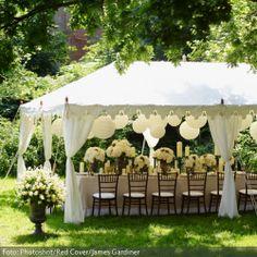 Ja, ich will! Ich will eine wunderschöne Hochzeit im Grünen, ich will mit meinen Gästen inmitten romantischer Hochzeitsdeko feiern, ich will bei strahlendem Sonnenschein meine Liebe hochleben lassen. Die eigene Hochzeit ist ein ganz besonderer Tag – aufregend, einzigartig, kribbelig und mit Liebe erfüllt. Damit sich das auch in der Dekoration widerspiegelt, bedarf es keiner kostspieligen Blumenbouquets oder einem überdimensionalen Festsaal. Wer seine Hochzeit im Kreise der Liebsten feiern…