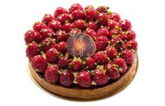 Tarte framboises pistaches Pascal Caffet, Bakery Names, French Cake, Paris Food, Chef Work, Fancy Desserts, French Pastries, Sugar And Spice, Plated Desserts