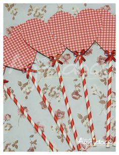 Kit com 6 centros de mesa de coração.  Feitos no papel scrapbook, canudo especial e finalizados com pedrinha brilhante e lacinho.  Todos feitos à mão.  Tamanho: 10 x 26 cm.