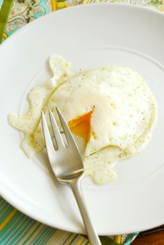 how to fry an egg. perfect eggs and toast for breakfast