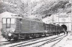 Tren de trabajo francés, tirado por una locomotora BB Midi de la serie 4000, saliendo del túnel internacional a la explanada de la estación de Canfranc, antes de su inauguración. (Foto: Canfranc, el mito. Pirineum Editorial)
