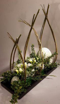 Easter Flower Arrangements, Easter Flowers, Floral Arrangements, Deco Floral, Arte Floral, Easter Table Decorations, Christmas Decorations, Easter Decor, House Decorations