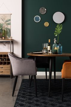 fonQ | Elegante velvet kuipstoel van Zuiver. #velvetchair #diningroom House Styles, Armchair, Dining Room Spaces, Dining Chairs, Large Furniture, Interior Inspiration, Interior, Velvet Interiors, Colorful Interiors