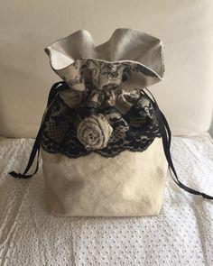 Pochon shabby en lin dentelle noire, fleur : Etuis, mini sacs par realisa Tote Purse, Tote Handbags, Burlap Bags, Shabby, Room Colors, Diy And Crafts, Creations, Purses, Etsy