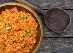Dieses Tomaten Risotto wird nach einem alten italienischen Rezept zubereitet: Oliven, Zucchini und frische Kräuter runden den kräftigen Tomatengeschmack ab!