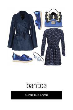 Vestito basico blu dalla classica fantasia cravatta accompagnato da soprabito allacciato in vita illuminato dal colore intenso di scarpe e borsa mentre in braccialetto segue la tonalità tenue della fantasia del vestito