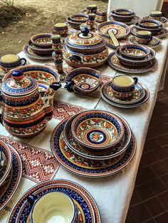 Mexican decor: pottery from Tlaquepaque, Jalisco. Mexican Home Decor, Mexican Folk Art, Mexican Style, Mexican Home Design, Mexican Hacienda, Hacienda Style, Design Marocain, Mexico House, Mexican Kitchens