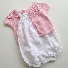 Enda en Bella Forbereder sommeren, og en liten (veldig) rosa bolero i bomull er kommet av pinnene! ☀️ Another Bella - this time in cotton for the summer! ☀️ #bella #bellabolero #bellatrøje #sandnesgarn #mandarinpetit #strikpåpinde3 #leneholmesamsøe #strikking #strikkemamma #strikkedilla #sommerstrikk #strikktiljente #strikktilbaby #knitinspo123 #knitinspo #knitstagram #følgstrikkere #knittersofinstagram #knitting #knitforbaby #knitforgirl #iknit #strikkeglede #hjemmestrik #summerknit…