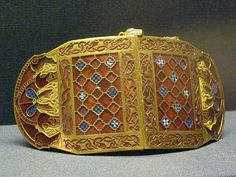 Anglo-Saxon Shoulder Clasp (c. CE) from a Sutton Hoo burial site near Woodbridge in Suffolk County, England. The Sutton Hoo sites contained many Anglo-Saxon grave goods of archaeological significance. British Museum in London. Medieval Jewelry, Medieval Clothing, Ancient Jewelry, Medieval Art, Viking Jewelry, Antique Jewelry, Medieval Times, Anglo Saxon, Roman Empire