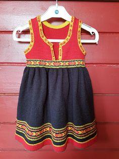 H hobbyside: Strikket Vesstfold-bunad i str 2 år Cabbage Dolls, Baby Barn, Headpieces, Couture, Needlework, Knit Crochet, Size 2, Summer Dresses, Sewing