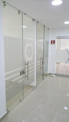 Divisiones de oficina en vidrio templado Glass Partition Designs, Glass Design, Door Design, Small Office Design, Luxury Office, Staircase Design, Office Interiors, Glass Door, Office Decor