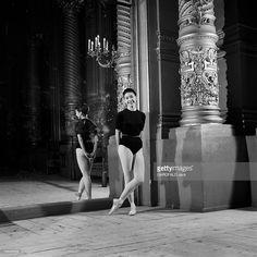 Margot Fonteyn At The Paris Opera. En 1954, la danseuse anglaise Margot FONTEYN arrive à l' Opéra de Paris pour une série de représentations de huit ballets. Dans un studio de répétition, la ballerine, en justaucorps et pointes aux pieds, pose le long d'un grand miroir.