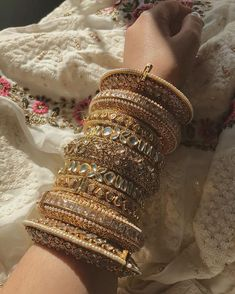 From statement to minimal to quirky to over-the-top, we are in awe of all these brides who opted for some stunning bridal bangles! Indian Jewelry Earrings, Indian Jewelry Sets, Jewelry Design Earrings, Indian Wedding Jewelry, Hand Jewelry, Indian Bangles, Gold Bracelet Indian, Indian Accessories, Egyptian Jewelry