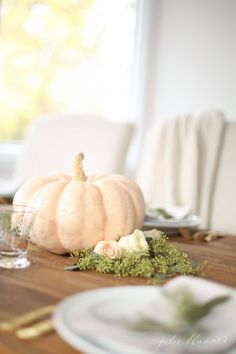 Get easy ideas for Thanksgiving Table Decor. A Thanksgiving table setting is easier than you'd think - I've got so many ideas for Thanksgiving centerpieces! Thanksgiving Flowers, Thanksgiving Table Settings, Thanksgiving Menu, Pumpkin Centerpieces, Thanksgiving Centerpieces, Centerpiece Flowers, Table Centerpieces, Flower Arrangements, Beautiful Table Settings