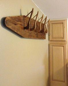 una tabla de planchar de madera y perchas.
