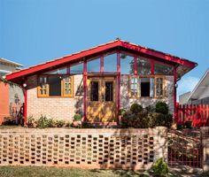 Antes e depois: tijolinhos dão cara nova a uma casa de madeira. Fotos publicadas na revista MINHA CASA.
