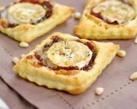 Toasts feuilletés au confit d'oignons et chèvre (sans pignon et vinaigre balsam.)