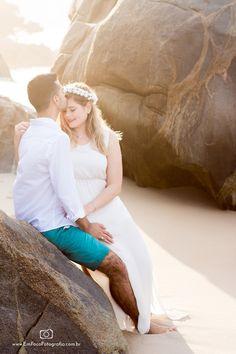 Casal na praia de Grumari no Rio de Janeiro, Brasil. Engagement Pictures, Wedding Engagement, Wedding Ideias, Pre Wedding Shoot Ideas, Couple Beach, Cool Photos, Power Couples, Marriage, Romance
