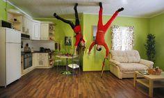 """L'Upside Down House a Mosca - Mosca, 15 gennaio 2014. Prospettive capovolte all'interno della divertente opera """"La casa sottosopra"""", esposta a Mosca, in Russia."""