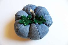 Make cute plush pumpkins perfect for Autumn decor while recycling an old pair of blue jeans! Jean Crafts, Denim Crafts, Sewing Crafts, Sewing Projects, Denim Ideas, Recycle Jeans, Diy Pumpkin, Recycled Denim, Pumpkin Decorating