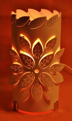 Lámpara hojas Pvc Pipe Crafts, Pvc Pipe Projects, Diy And Crafts, Projects To Try, Paper Crafts, Bamboo Lamp, Diy Y Manualidades, Paper Lanterns, Bottle Crafts