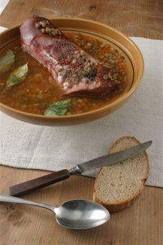 Чечевичный суп со свининой и сыром с плесенью