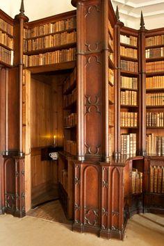 Felbrigg Hall, Anglia Oriental. Un rincón de la Biblioteca, con sus estanterías góticas del siglo XVIII
