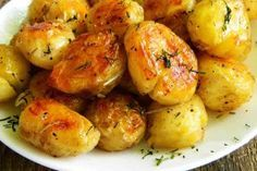 Easy Garlic Parmesan Knots - Fool-proof, buttery garlic knots that come together in less than 20 min - it doesn't get easier than that! Fool-proof, buttery garlic knots that come together in less than 20 min – it doesn't get easier than that! Think Food, Love Food, Thanksgiving Side Dishes, Thanksgiving Recipes, Holiday Recipes, Garlic Parmesan Knots, Garlic Bread, Garlic Rolls, Herb Bread