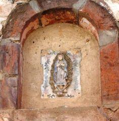 Virgen de Guadalupe, en cerámica en un nicho del Pueblo de Real del Catorce que fue abandonado al agotarse la mina, ahora sitio de peregrinaje a San Francisco y turístico.