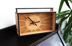Reloj de escritorio de bambú por Vectorcloud en Etsy, $61.00