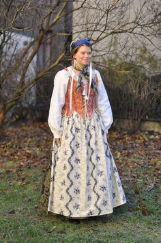 REKONSTRUERT DAME BUNAD IFRA SOLØR/ ODALEN Folk Costume, Costumes, Folk Clothing, Medieval Dress, Traditional Dresses, Norway, Henna, Floral Prints, Celebs