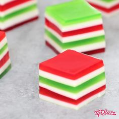 Easy Layered Jello Shots – An easy and beautiful dessert spiked with vodka for a special party! Smooth and creamy Jello shots with bright red, green and white layers. All you need is a few simple ingredients: gelatin, strawberry and lime jello powder, vod Dessert Party, Snacks Für Party, Party Desserts, Dessert Recipes, Party Drinks, Party Recipes, Desserts Diy, Green Desserts, Jello Desserts