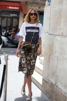 Tragt ein grafisches T-Shirt mit einem femininen Rock