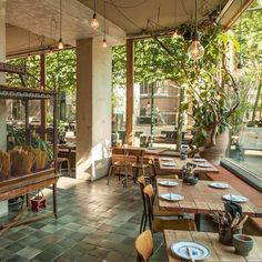 Fan van Vietnamees eten? Dan móet je een keer naar Little V. Dit toffe Vietnamese restaurant heeft vestigingen in Den Haag en Rotterdam. #restaurantdesign