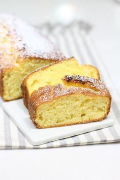 Il plumcake allo yogurt è un tipico dolce, soffice e leggero, particolarmente adatto per la colazione e la merenda.