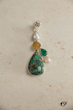 Dije de ónix, malaquita, perla y drusa en Plata 925.