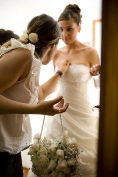 The bride and her Wedding Planner| Original Bouqet Bag| Boquet a borsetta #bride #weddingplanner #wedding #bouquetbag http://elisaweddingdream.blogspot.it/2011/09/real-weddings-daniela-alessio.html