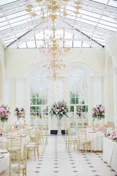Heavenly beauty: http://www.stylemepretty.com/2015/04/02/cotswolds-wedding-at-the-blenheim-palace/ | Photography: Catherine Mead - http://photographybycatherine.co.uk/