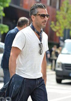 Tシャツにスカーフを添えてオシャレに!(メンズ)   Italy Web