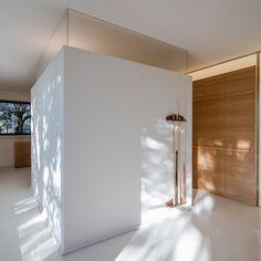 Le site sur lequel se trouve cette maison dans les bois a demandé à l'équipe d'architectes de la firme italienne Officina29 Architetti de relever un défi d