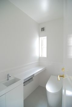ご希望のTOTOのレストルームドレッサーを入れました。<br /> 手洗一体型カウンター、自動水栓です。<br /> 床、腰壁のセラミックパネルも清掃性が高く、衛生的です。<br /> ご要望仕様の最優先にしました。<br /> キッチン、浴室、洗面、トイレなどの機能性を伴う仕様は特に最優先としました。 専門家:新井敏洋・眞理が手掛けた、セラミックパネルを使用した衛生的なトイレ(夢をかなえる住まい)の詳細ページ。新築戸建、リフォーム、リノベーションの事例多数、SUVACO(スバコ)